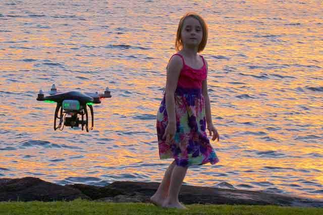 drone girl - 人気急上昇中のドローン、飛行および操縦・撮影方法には要注意!