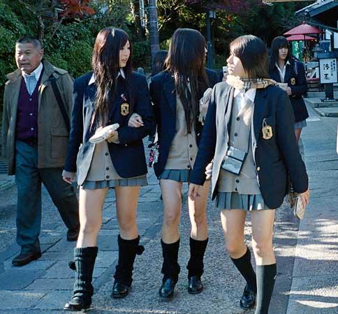 Japanese girls school unifo - 女子生徒の制服、スカートからパンツへの是非